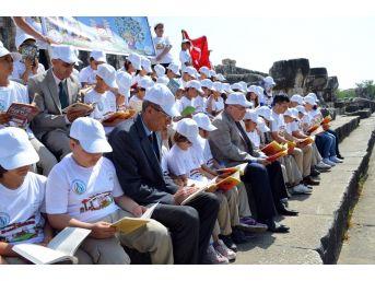Binlerce Yıllık Tapınakta Kitap Okudular