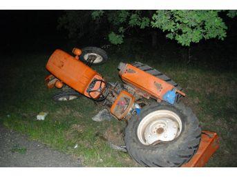 Kamyonet Traktöre Çarptı: 2 Yaralı