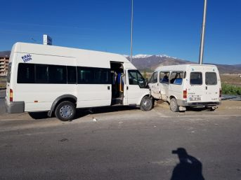 İşçi Taşıyan İki Minibüs Çarpıştı: 8 Yaralı