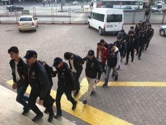Vatandaşların Banka Hesaplarını Boşaltan 17 Kişi Yakalandı
