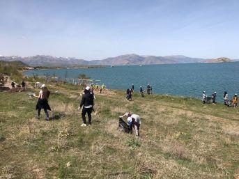 Gevaş'ta Öğrenciler, Van Gölü Sahilinde Çöp Topladı