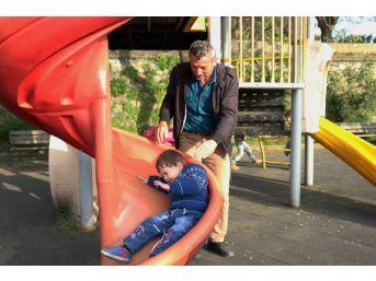 Zonguldak'ta Çocuklar Parkta Güvenle Oynuyor