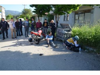 Motosiklet İle Okula Giden Öğrenci Okul Arkadaşına Çarptı: 3 Yaralı