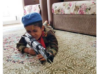 Asker Elbiseli Çocuk Sosyal Medyada İlgi Odağı Oldu