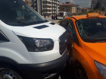 Ankara'da Öğrenci Servisi Ticari Taksi İle Çarpıştı: 4 Öğrenci Yaralı