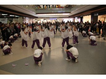 Öğrenciler Avm'de Dans Etti