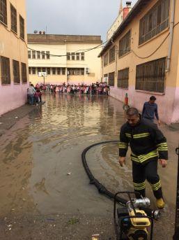 Kızıltepe'de Aşırı Yağıştan Kerpiç Ev Çöktü, Okulda Mahsur Kalan Öğrencileri İtfaiye Ekipleri Kurtardı