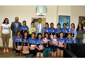 Hentbolcu Kızlar, Başarılarını Başkan Pamuk İle Paylaştı