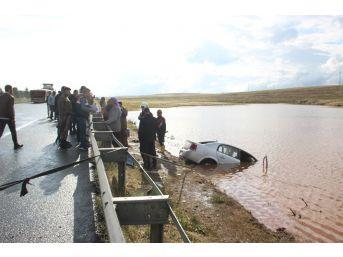 Şanlıurfa'da Otomobil Yağmur Suyu Birikintisine Uçtu