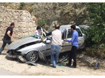 Amasya'da Otomobil Duvara Çarptı: 4 Yaralı