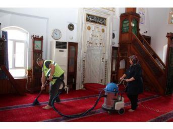 Edremit'te Camiler Temizleniyor