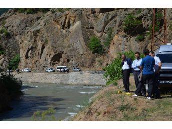 Artvin'de Derede Kaybolan Şahıslardan 2'sinin Cesedine Ulaşılırken 3. Şahsın Cesedini Arama Çalışmaları Sürüyor