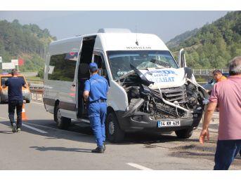 Memurları Taşıyan Minibüs, İş Makinesine Çarptı: 10 Yaralı