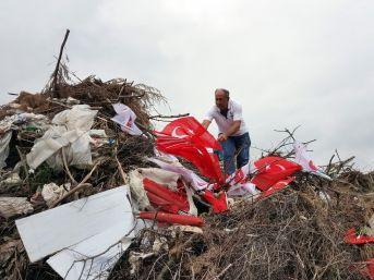 Koyun Otlatmak İçin Gittiği Alanda Çöpe Atılmış Türk Bayraklarını Buldu