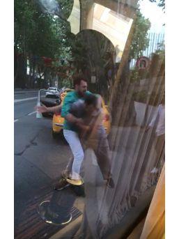 Taksici İle Minibüsçünün Yumruk Yumruğa Kavgası Kamerada