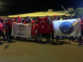 Avrupa Şampiyonu Memleketinde Türk Bayraklarıyla Karşılandı