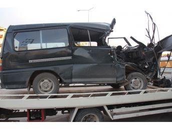 Kocaeli'de Minibüs Tıra Çarptı: 2 Ağır Yaralı