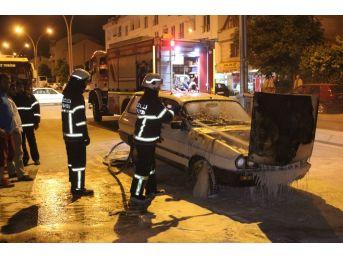 Seyir Halindeki Otomobilin Motor Kısmı Yandı