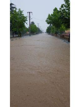 Altıntaş'ta Şiddetli Yağış Sele Neden Oldu