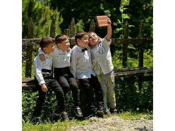 Öğrencilerin Tuğla İle Selfiesi