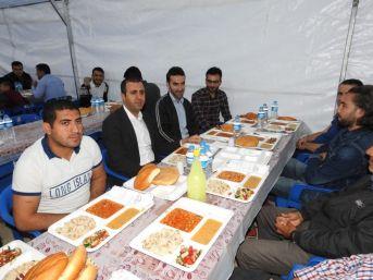 Başkan Bedirhanoğlu, İftar Çadırında Vatandaşlarla Birlikte Orucunu Açtı
