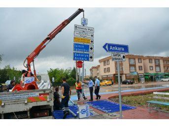 Kartepe'de Trafik Levhaları Yenileniyor