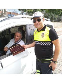 Polislerden Sürücülere Şekere İkramı
