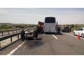 Güney Koreli Kafileyi Taşıyan Otobüs İle Traktör Çarpıştı: 3 Yaralı