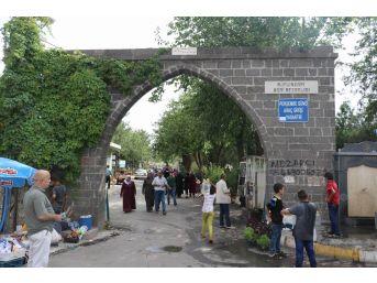 Diyarbakır'da Mezarlıklar Bayram Öncesi Ziyaretçi Akınına Uğradı