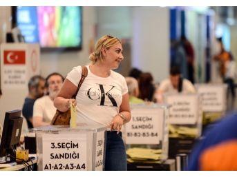 Atatürk Havalimanı'nda Oy Kullanma İşlemi Devam Ediyor