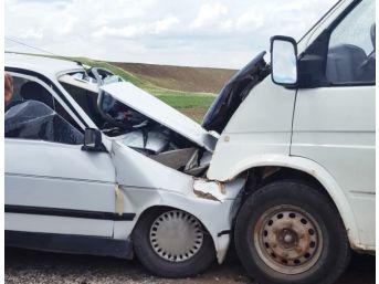 Minibüs İle Otomobil Çarpıştı: 1 Ağır, 7 Yaralı
