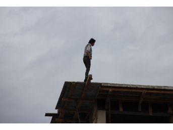 4. Kattan Atlamak İsteyen Kadını Çekirdek Çitleyerek İzlediler