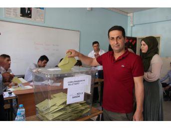 Şemdinli'de Oy Verme İşlemi Sorunsuz Bir Şekilde Devam Ediyor