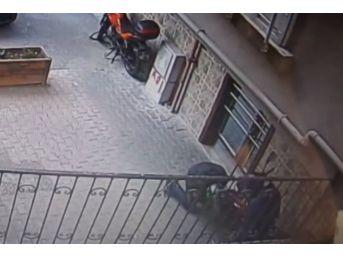(özel) Kasklı Hırsızlar 20 Bin Liralık Motosikleti Böyle Çaldı