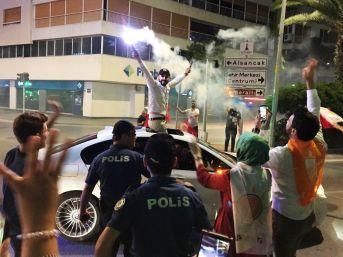 İzmirliler Sokağa Döküldü