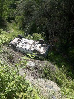Yoldan Çıkan Otomobil, Şarampole Devrildi: 2 Yaralı