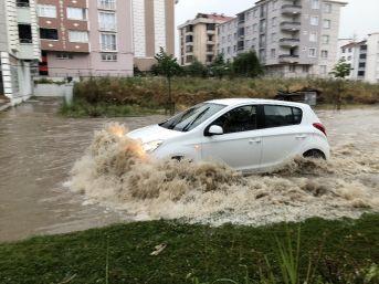 Sağanak Yağmur Caddeleri Göle Çevirdi