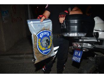 Polis Yolda Atılı Vaziyette 1 Kg Esrar Buldu