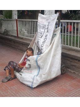 Sıcaktan Yorgun Düşen Kağıt Toplayıcısı Küçük Çocuk El Arabasında Uyuya Kaldı