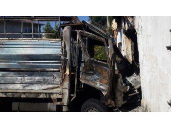 Alev Topuna Dönen Çalıntı Kamyonet Eve Daldı: 4 Yaralı