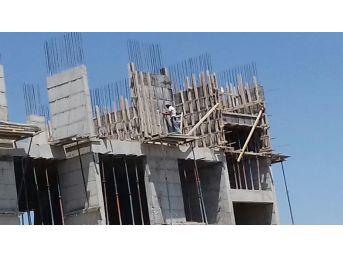 Ağrı'da İnşaat İşçisinin 6'ncı Katta Tehlikeli Çalışması