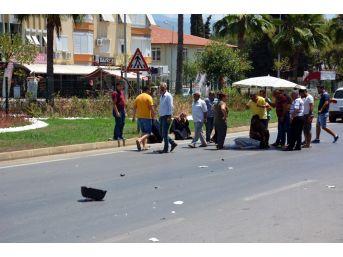 Trafik Kazasında Yaralanan Kadını Plaj Şemsiyesiyle Korudular