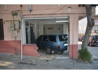 Çocuğunu Hastaneye Yetiştirmeye Çalışırken Otomobiliyle Dükkana Daldı