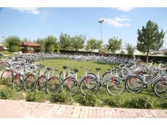 Başkan Yanılmaz, Yaz Kampına Katılan Çocuklara Bisiklet Hediye Etti