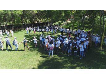 Çocuklar Yaz Kampıyla Eğleniyor