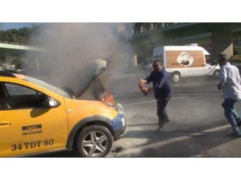 (özel) Aniden Alev Alan Ticari Taksiyi Söndürmek İçin Vatandaşlar Seferber Oldu