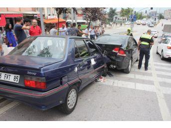 Kocaeli'de 3 Araç Birbirine Girdi: 4 Yaralı