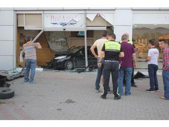 Kontrolden Çıkan Otomobil Pişmaniye Dükkanına Girdi, Müşteriler Ölümden Döndü