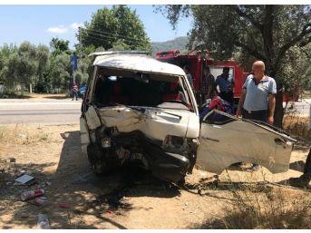 Milas'ta Ağaca Çarpan Araç Takla Attı; 1'i Ağır, 2 Yaralı