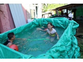 Denizi Tehlikeli Bulan Baba Çocuklarına Kamyonet Kasasında Havuz Yaptı